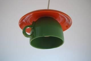 lampara de techo con taza de cafe